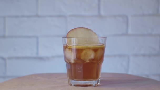 Ein Glas Cocktail arrangieren, Zeitlupe