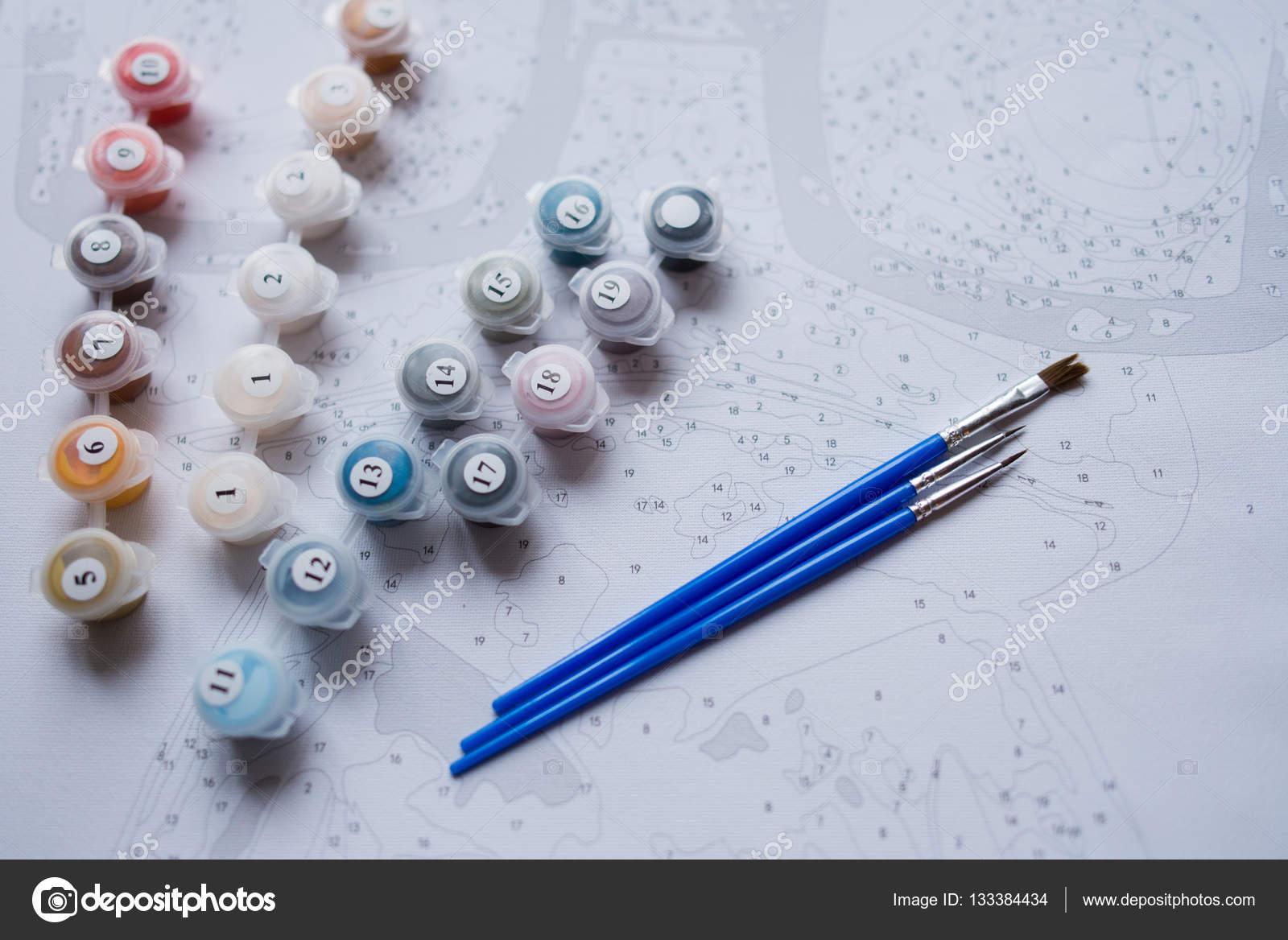 Acrylfarben In Kleinen Eimern Auf Leinwand Malen Mit Farbe Pinsel
