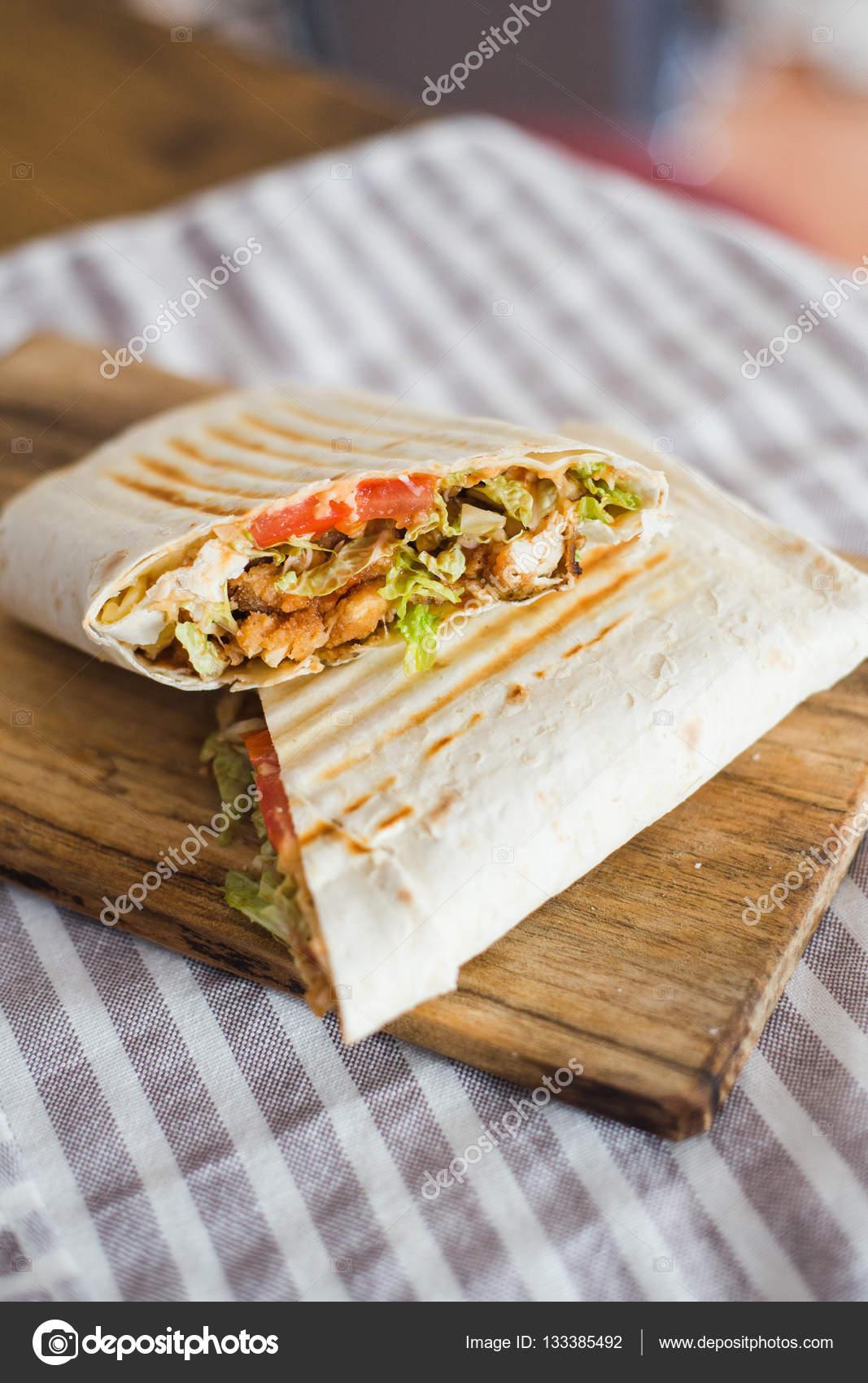 Caseiro grelhado Burrito fast-food — Stock Photo ...