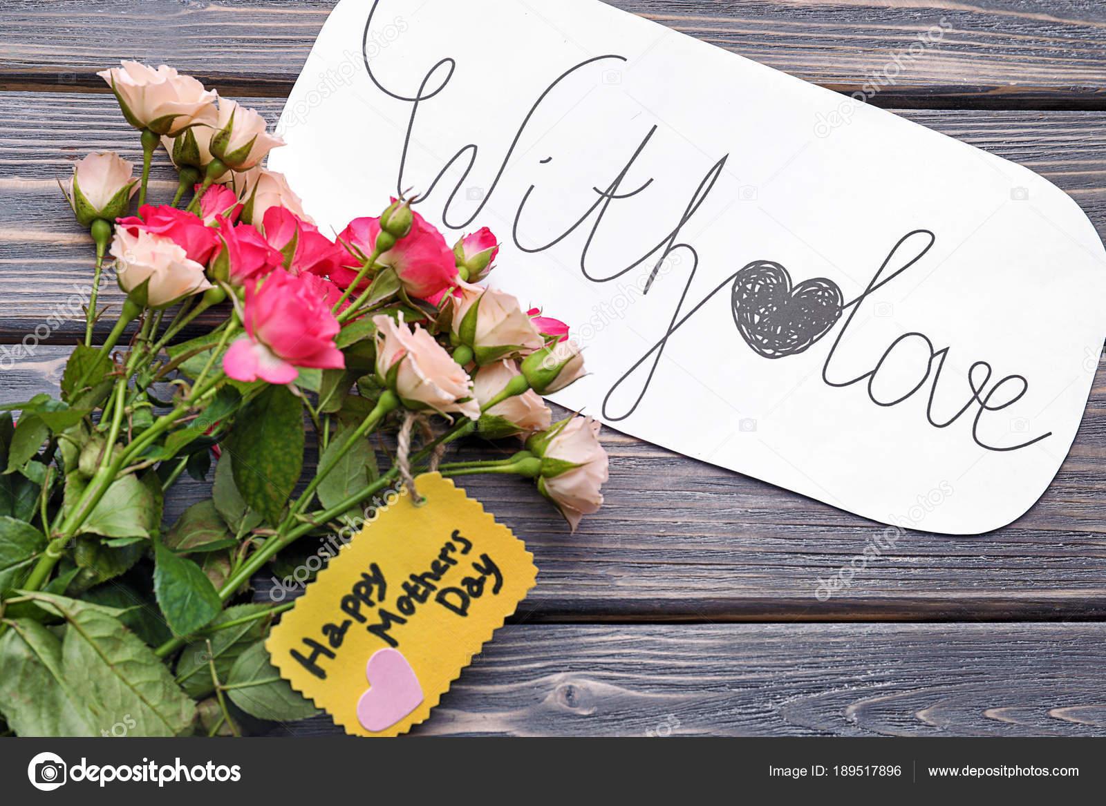Bloemen en kaarten op tafel. groeten voor mothers day u2014 stockfoto