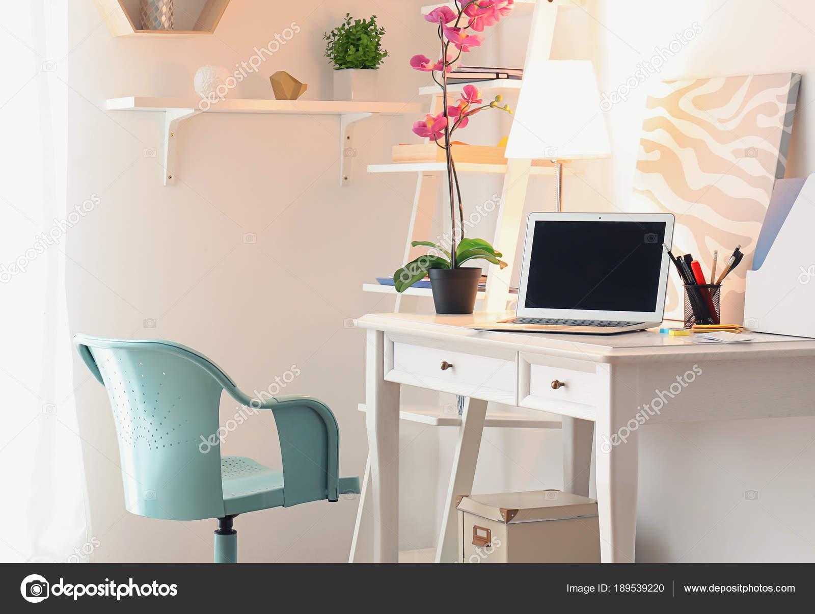 Interieur des Zimmers mit stilvollen Arbeitsplatz zu Hause ...