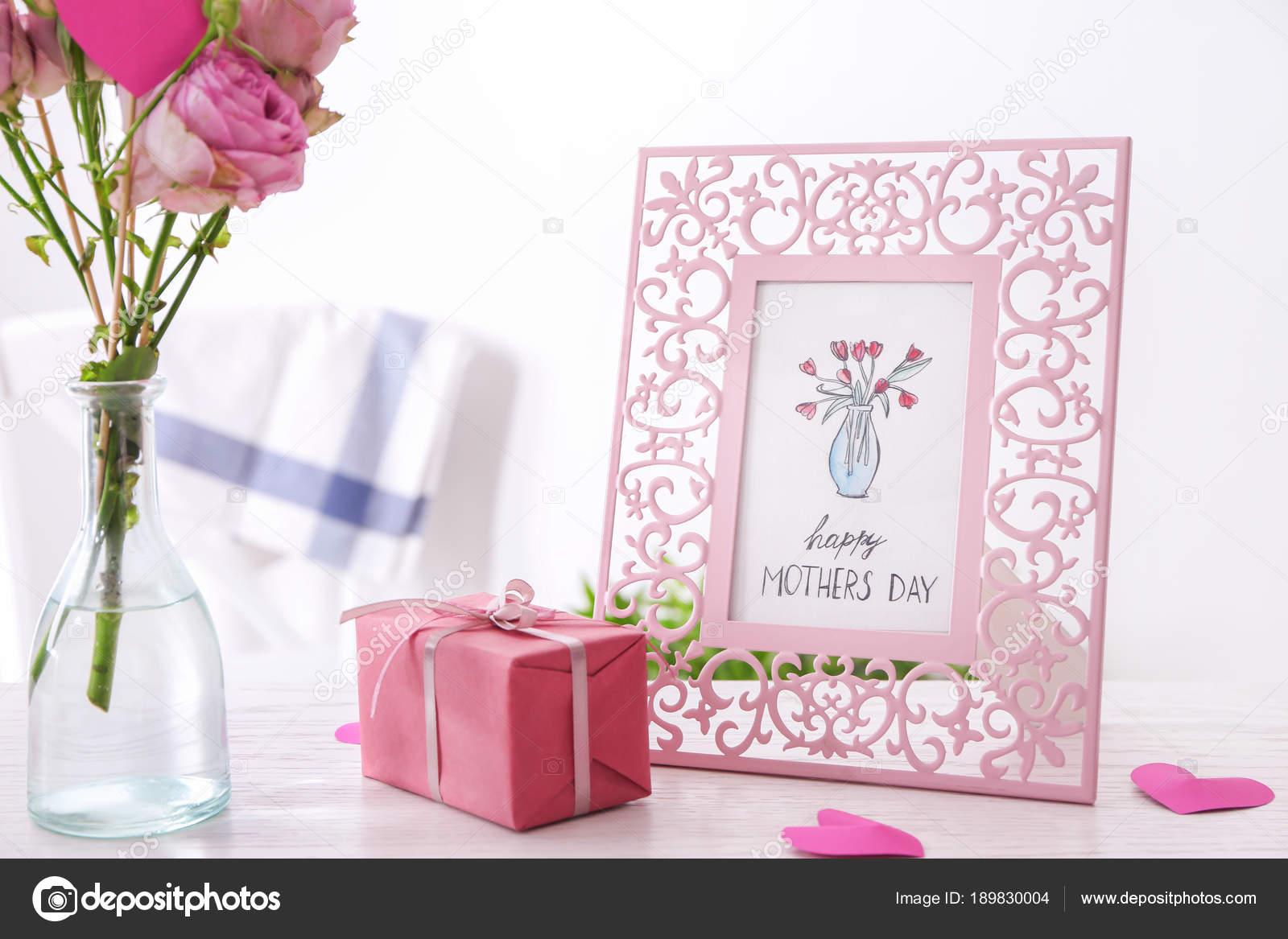 Eleganten Rahmen mit Karte, Geschenk-Box und Blumen auf den Tisch ...