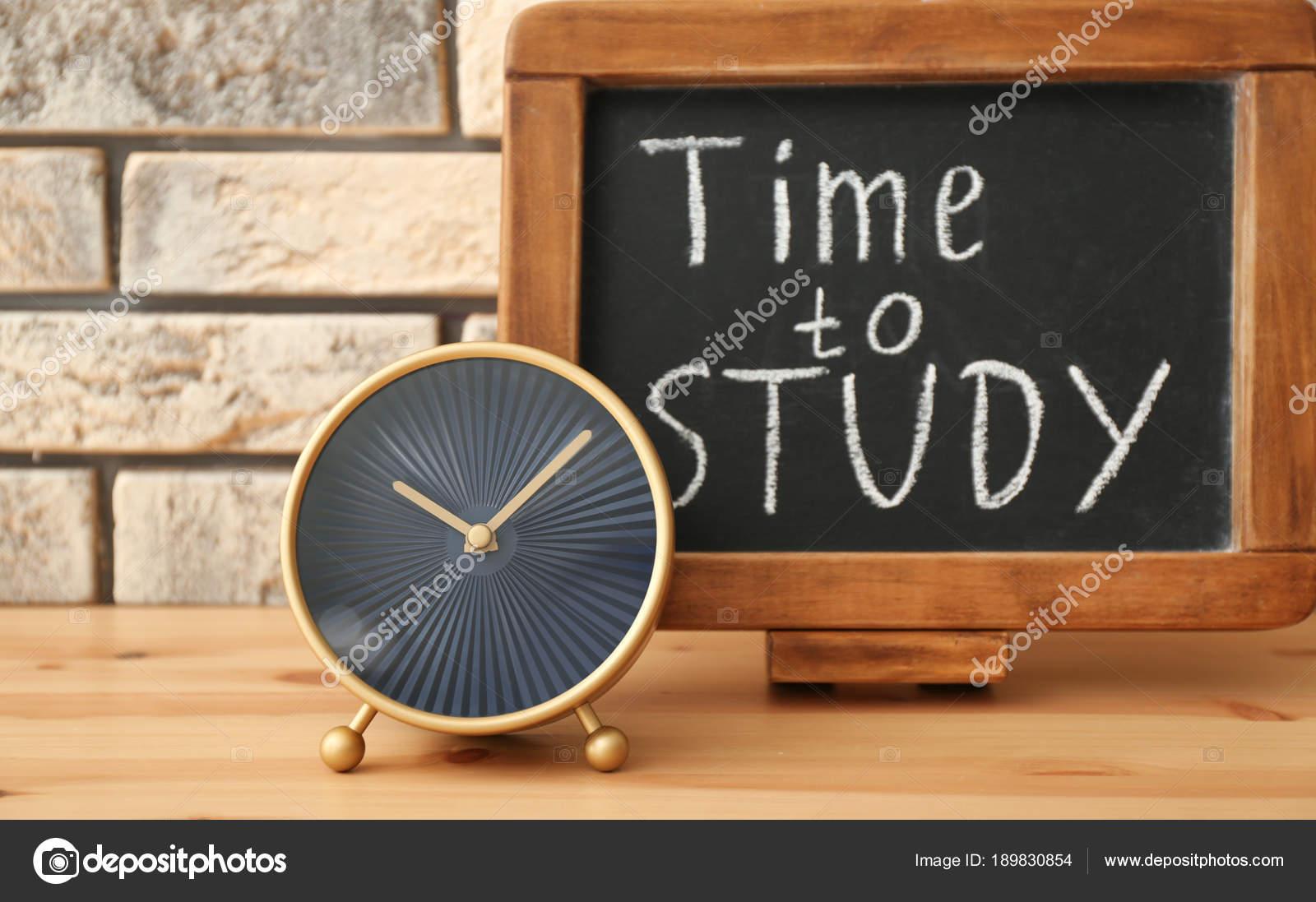 1dd4df8839b Moderno relógio e quadro-negro com a frase