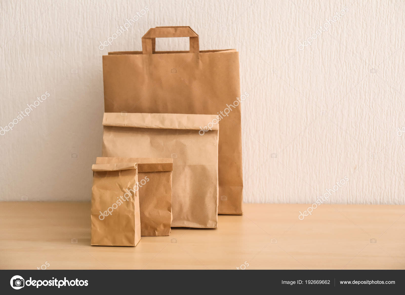 1c614a29c0 Διαφορετικό χαρτί τσάντες στο φως τραπέζι. Υπηρεσία παράδοσης τροφίμων–  εικόνα αρχείου