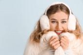 Boldog fiatal nő téli ruhák színes háttér