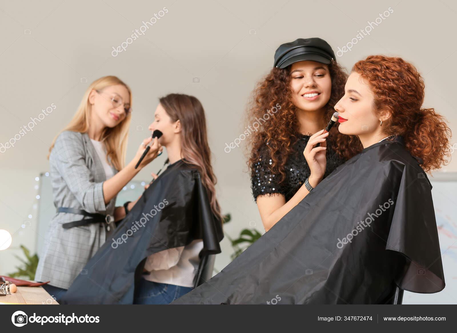 Jovem Com Modelo Escola Maquiagem