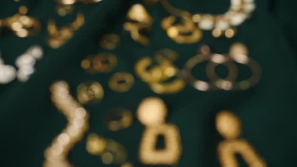 Mnoho krásných šperků na barevné látce