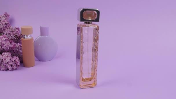 Lahvička šeříku parfém na barevném pozadí