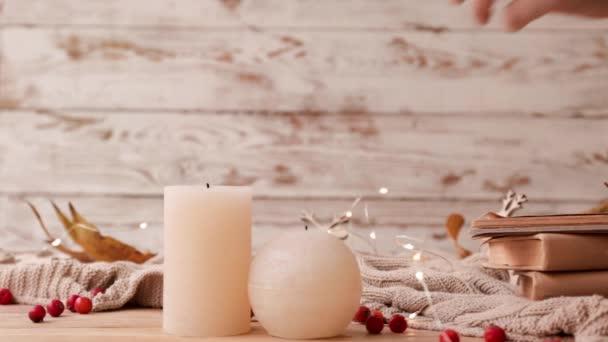 Žena zapaluje svíčky na stole