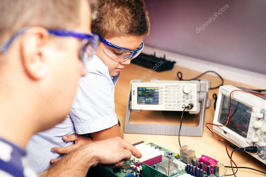 Kleine Jungen und Lehrer in der Klasse mit Elektronik-Projekt ...