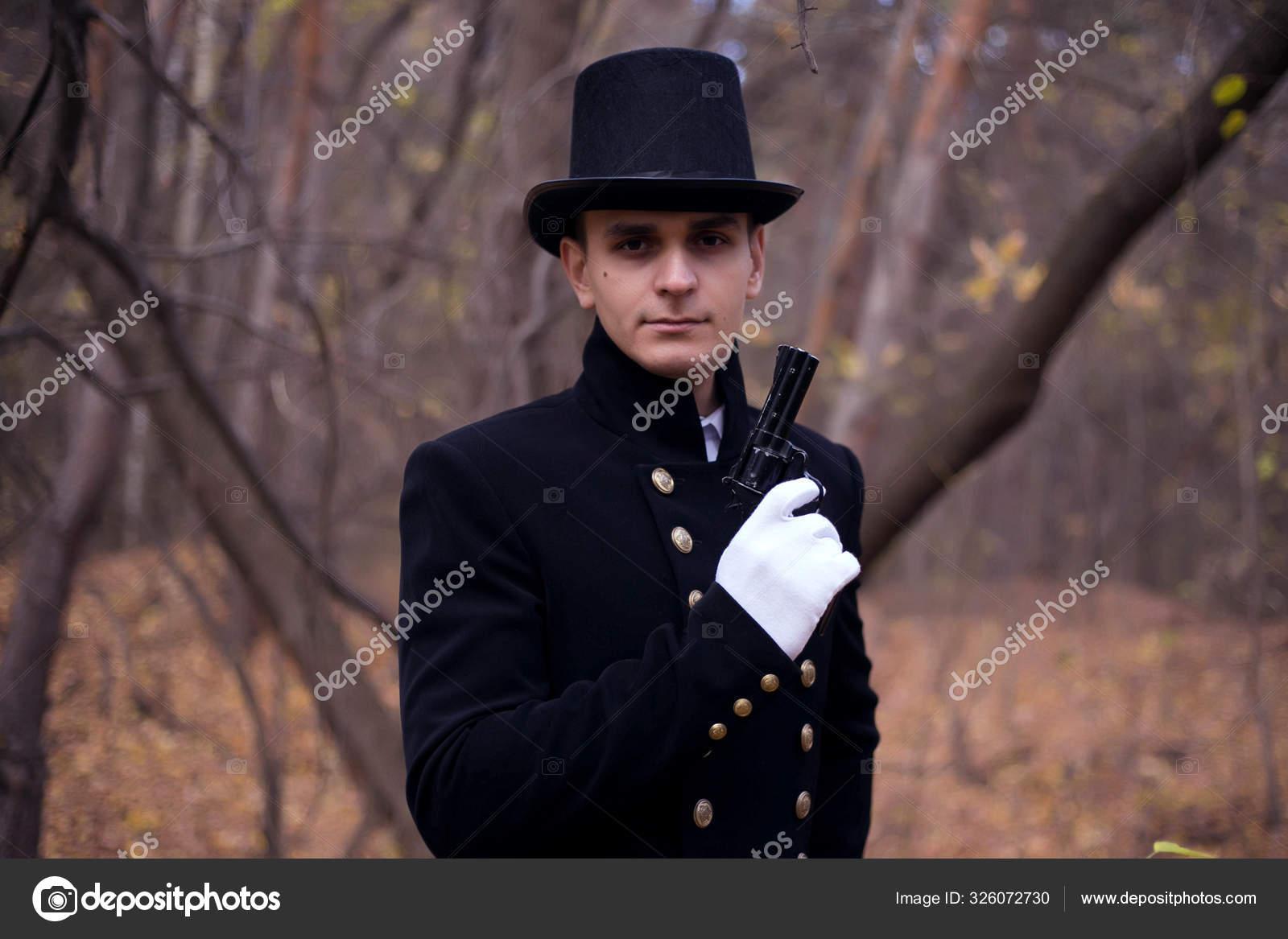 Человек Пистолетом Одежде Девятнадцатого Века Мрачном Лесу ...