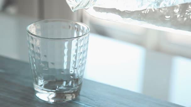 Video nalévání vody do sklenice