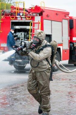 Kurtarma ekibi özel dezenfekte sıvısı çözeltisiyle sokağı dezenfekte ederken itfaiye aracı faciası yaşandı.