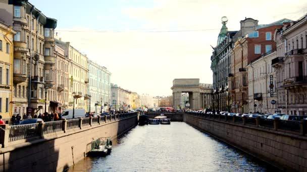 A Griboedov csatorna töltésén.
