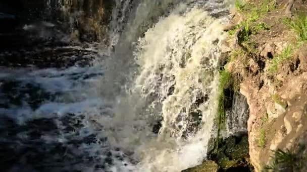 Kleiner Wasserfall am sonnigen Tag