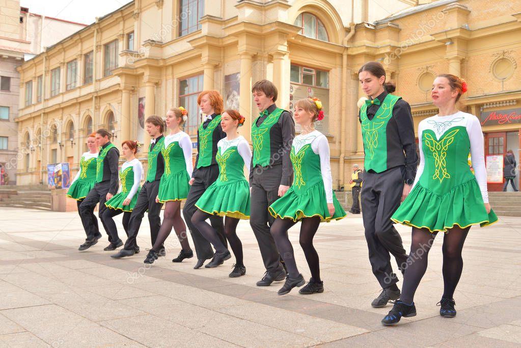 Groupe de personnes en costumes nationaux sont la danse danses irlandaises — Photo éditoriale ...