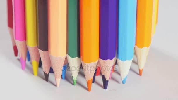 Banda tužky stojící na stole