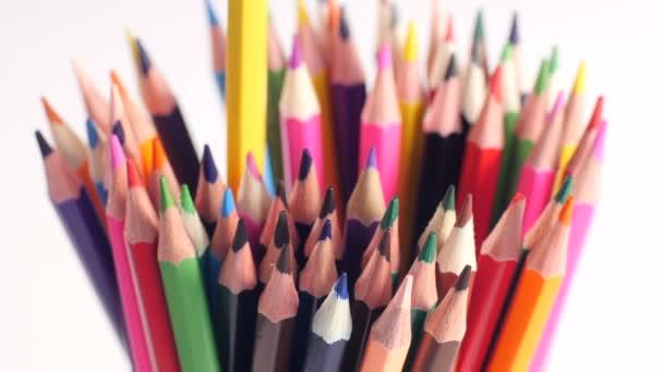Ruka má tužky různých barev