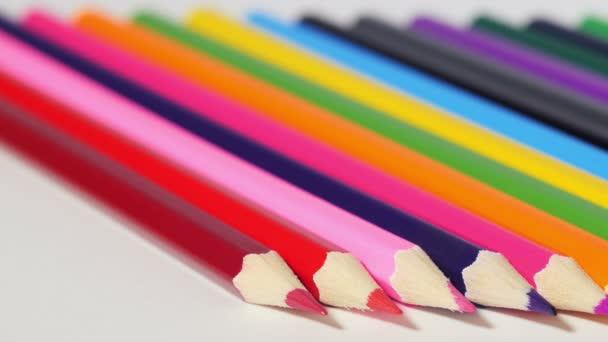 Dřevěné tužky s ostrými konci