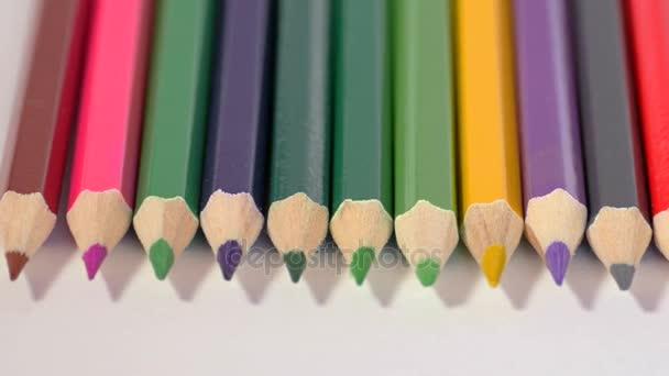 Řádek barevných tužek