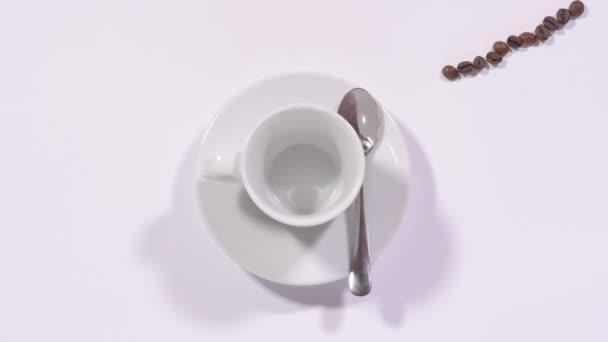 Füllbecher mit Kaffeebohnen