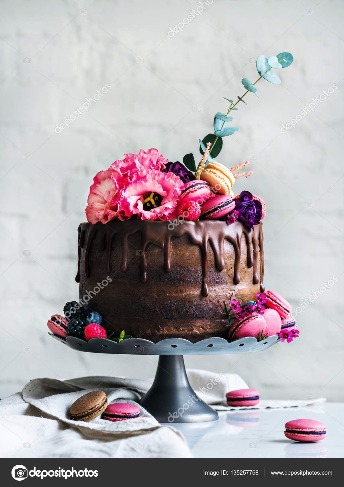 Rustic Chocolate Wedding cake with flowers macarons and blueberries — Photo by SVMelnikoff