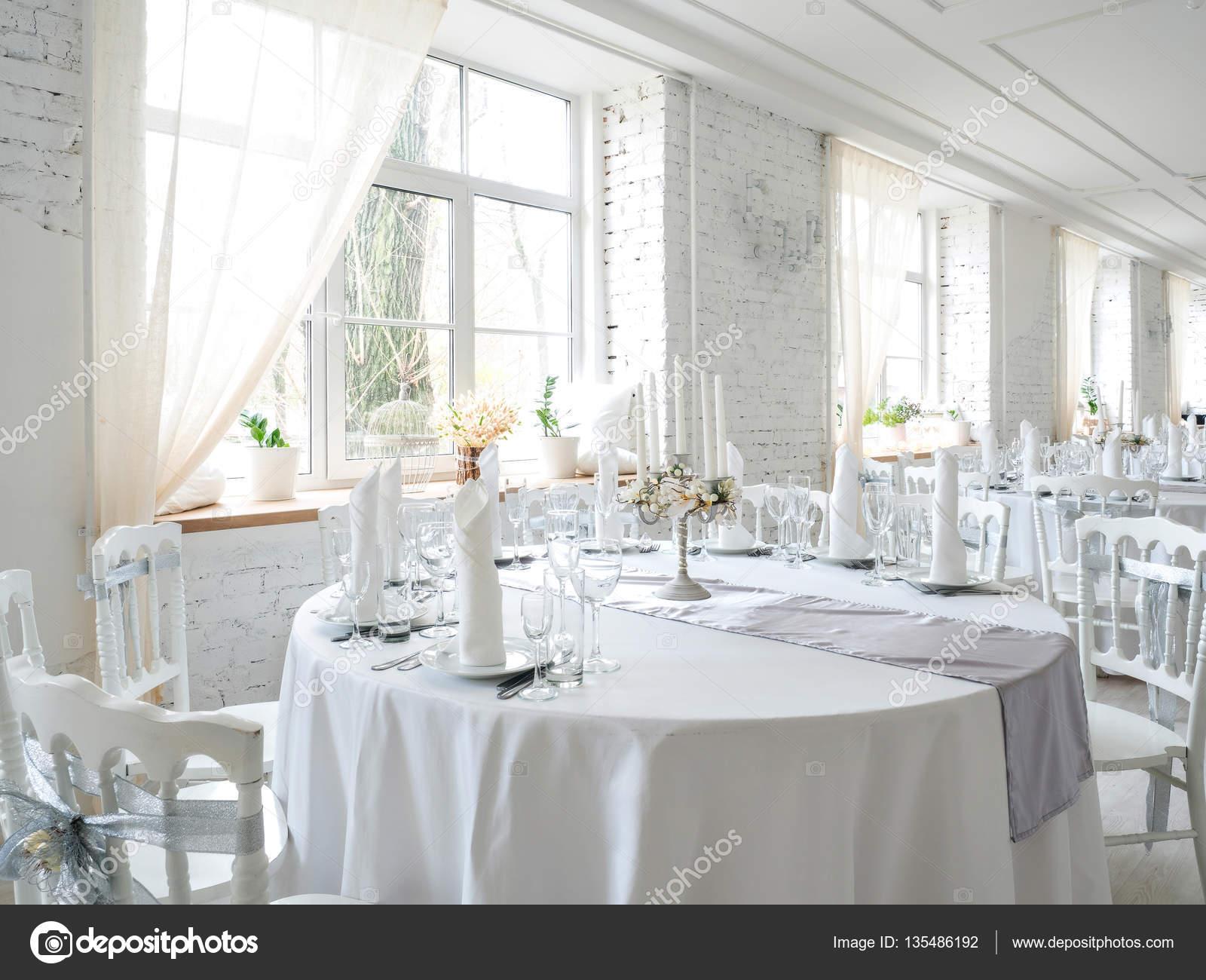 Grote Witte Tafel : Interieur van het restaurant met grote witte tafel u stockfoto