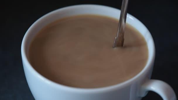 ruční míchání šálek kávy