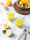 Fotografie Zwei Gläser Zitronensaft