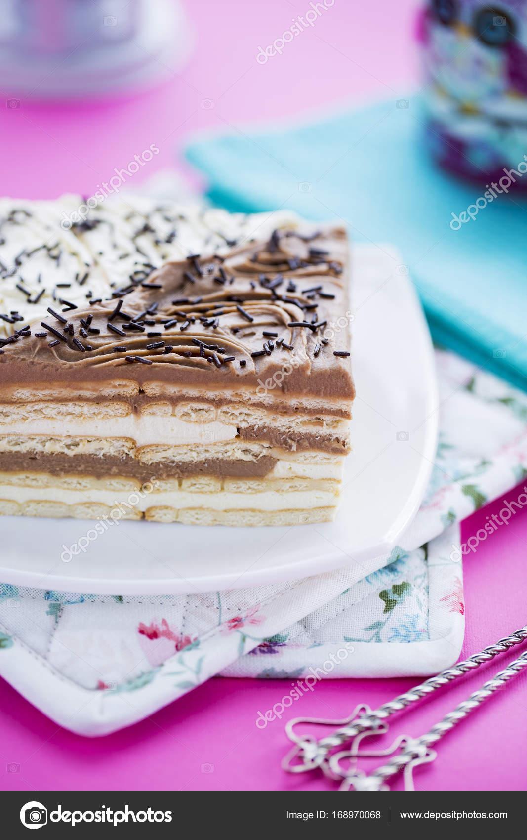 születésnapi tortadíszek Születésnapi torta Tortadíszek, csokoládé és vanília rétegek  születésnapi tortadíszek