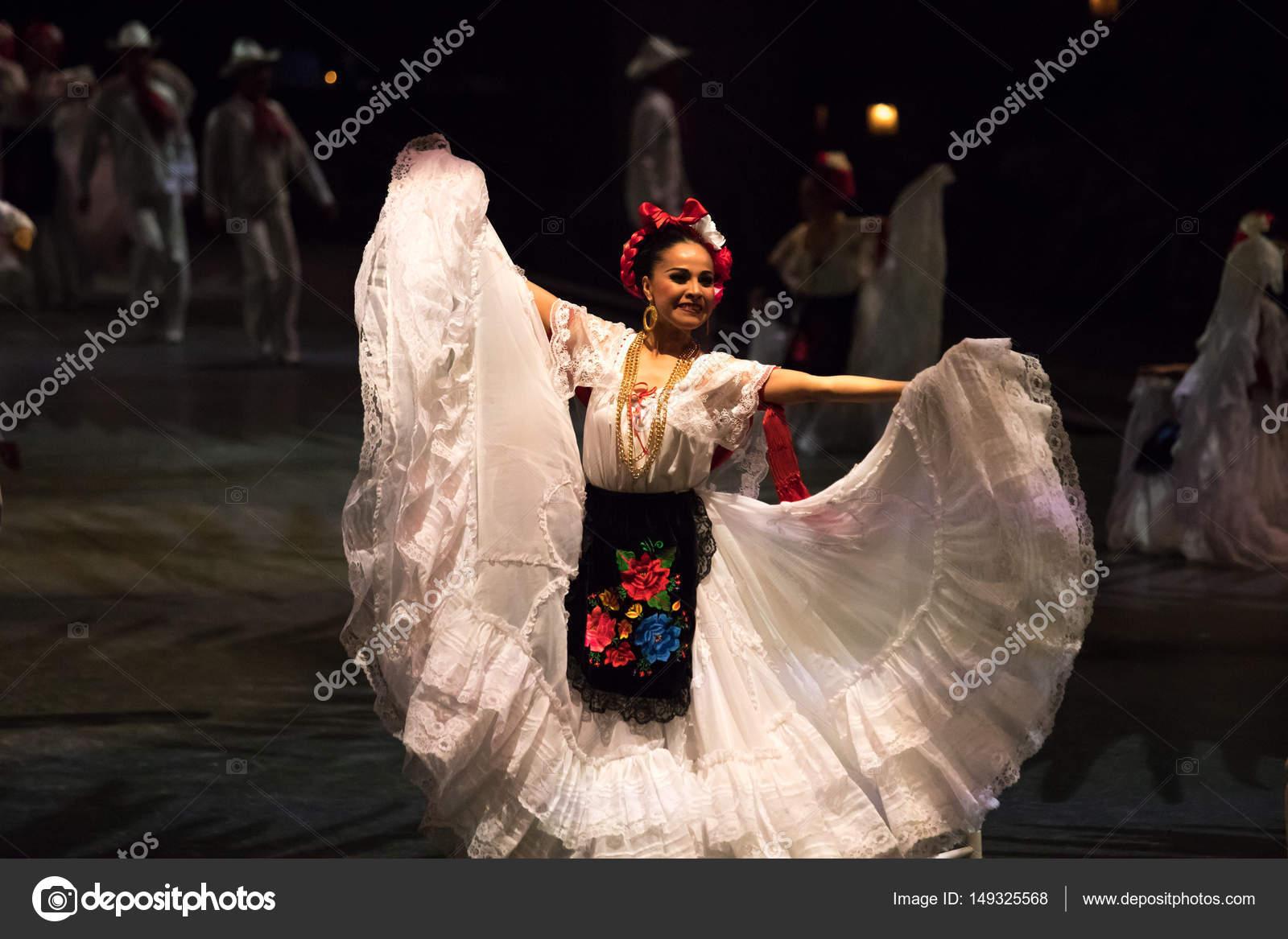 Vestidos De Bailes Mexicanos Bailarines En Un Viejo