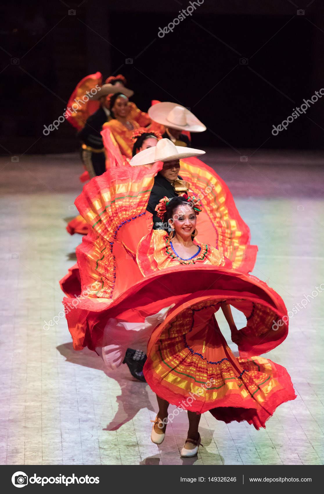 Bailarines En Un Viejo Vestido Mexicano Tradicional Foto