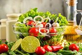 Složení s zeleninový salát mísy. Vyvážená strava