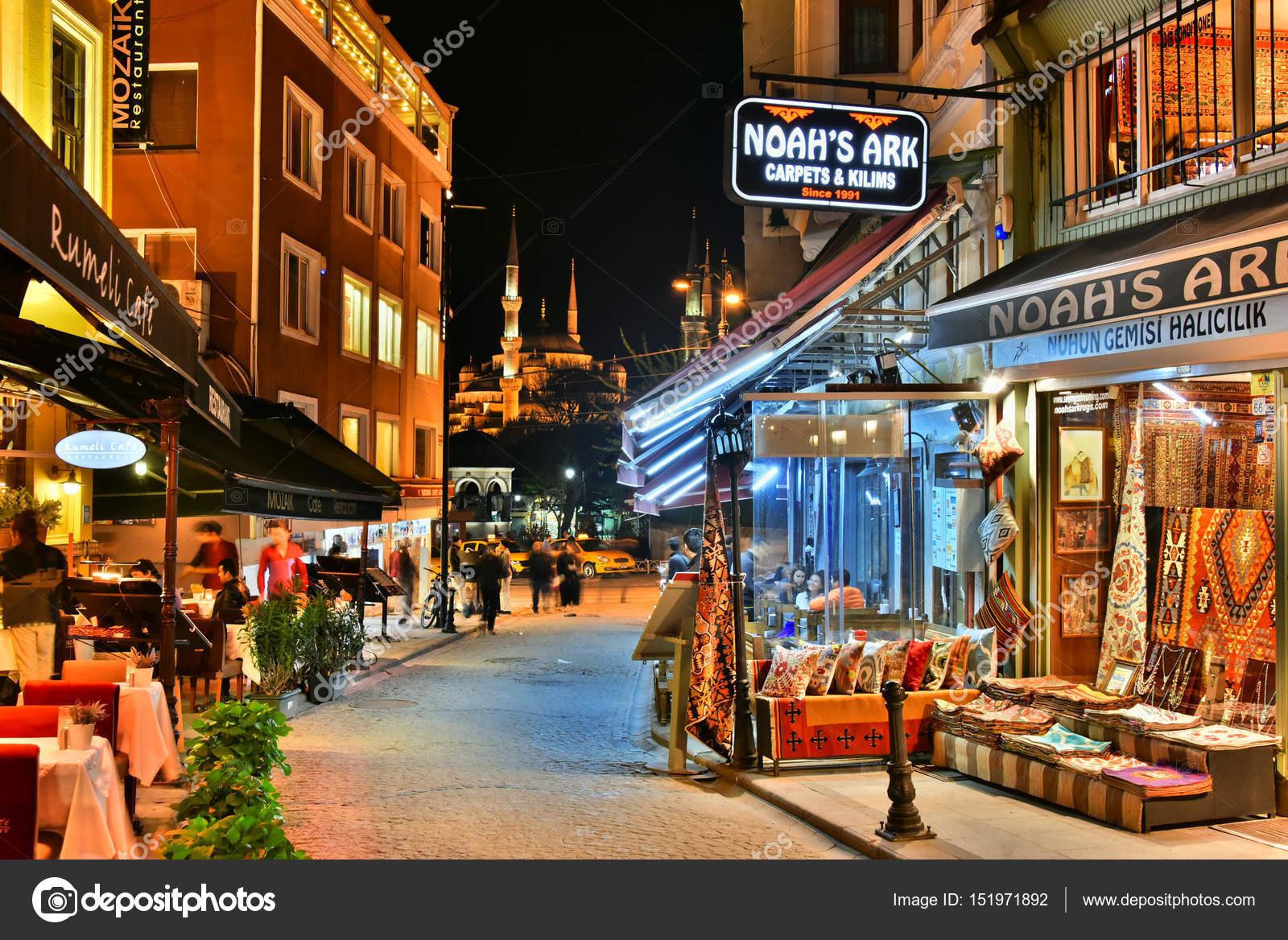 Restaurants in Istanbul bei Nacht — Redaktionelles Stockfoto ...