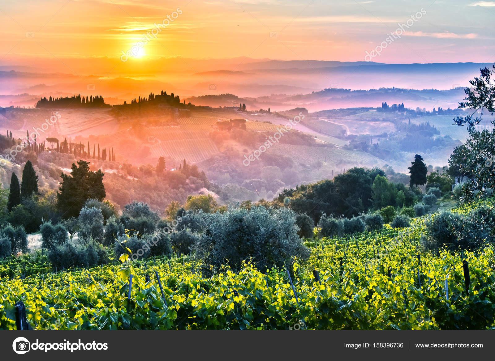 Landschaft der Toskana, Italien bei Sonnenaufgang ...