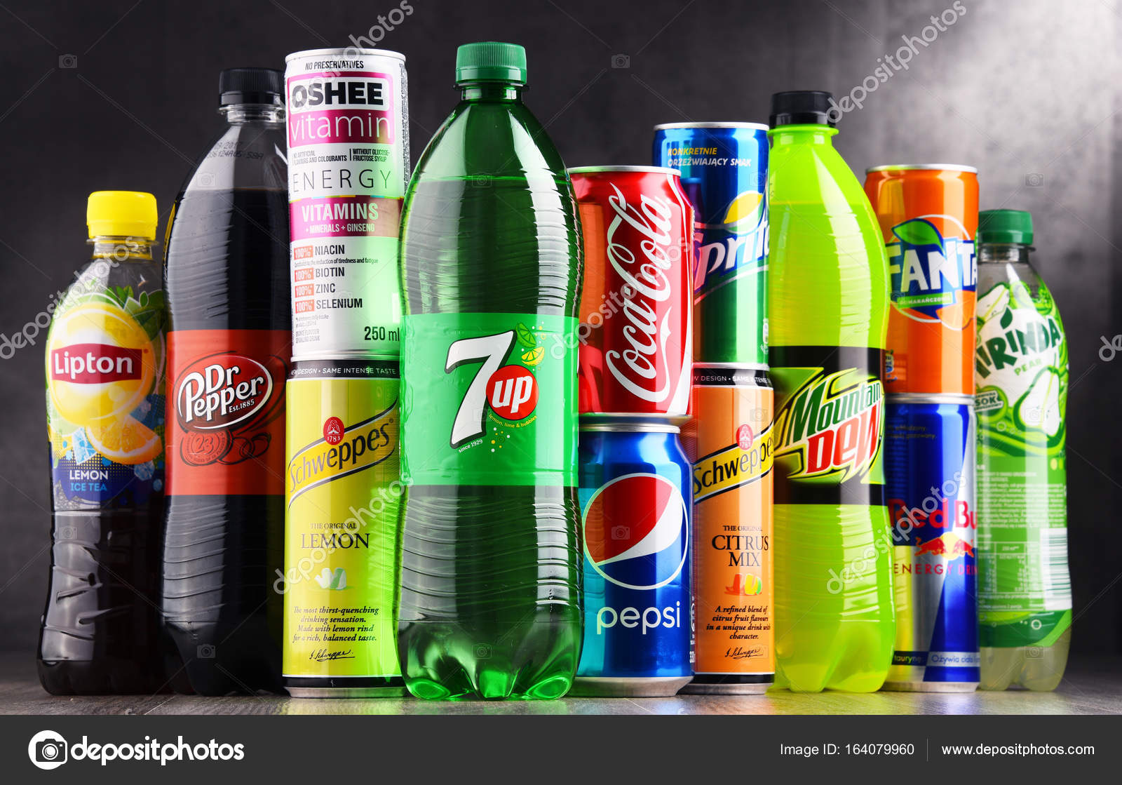 Flaschen und Dosen verschiedene globale alkoholfreie Getränke ...