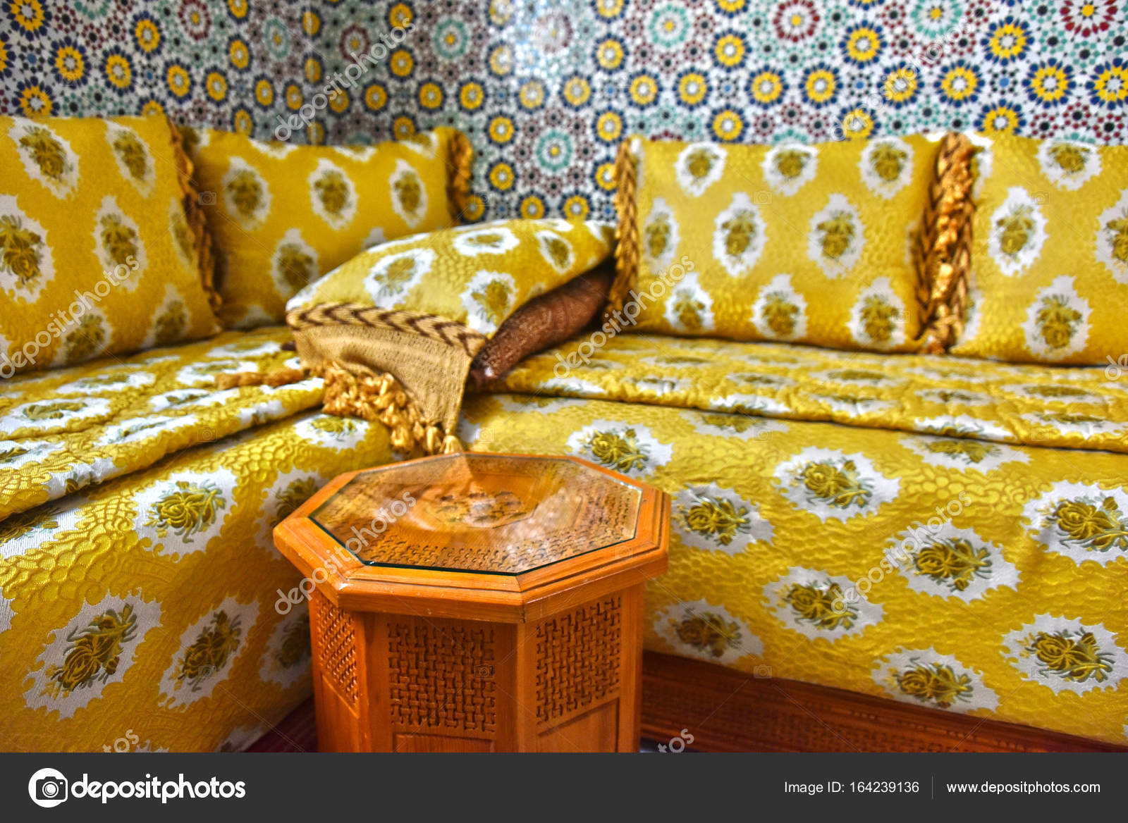 https://st3.depositphotos.com/1063437/16423/i/1600/depositphotos_164239136-stockafbeelding-traditionele-marokkaanse-interieur.jpg