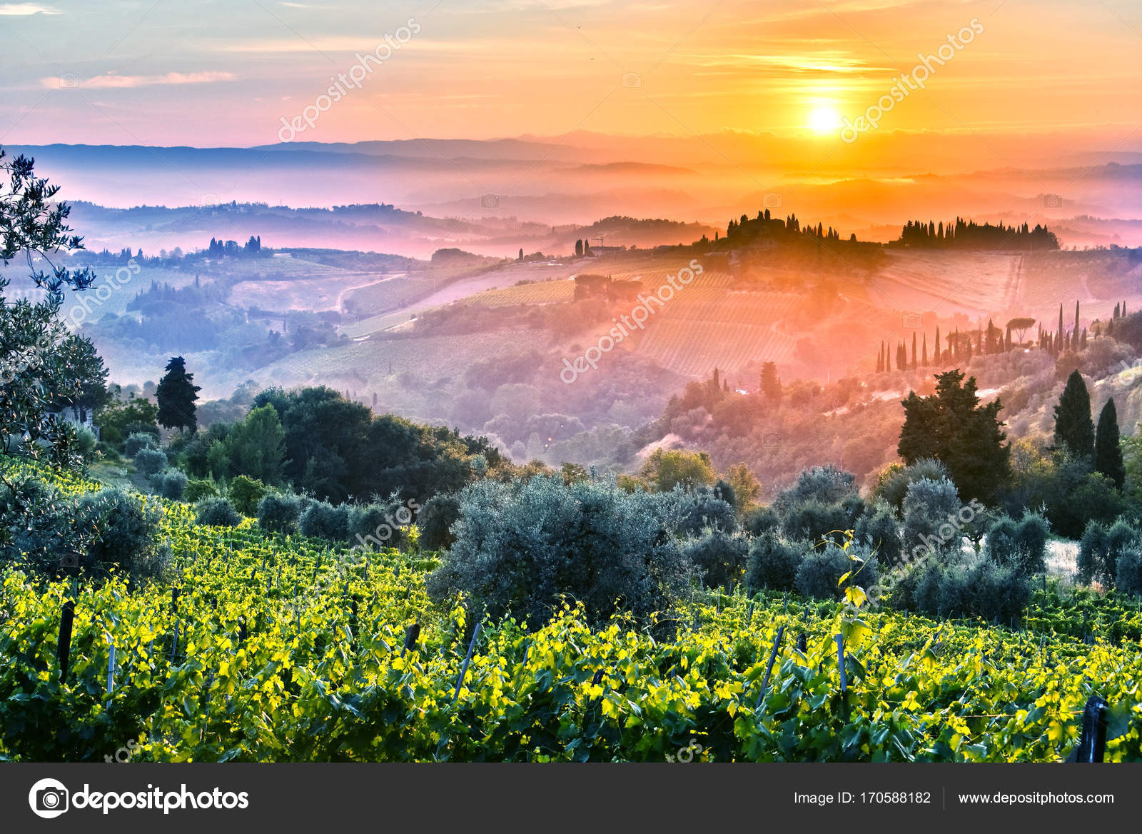 Vista di paesaggio della Toscana, Italia durante l'alba ...