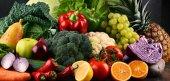 Különböző nyers bio zöldségek és a gyümölcsök összetétele