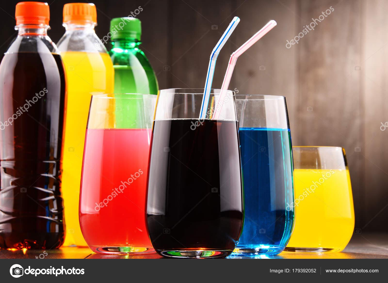 Gläser Und Flaschen Von Sortierten Kohlensäurehaltige ...
