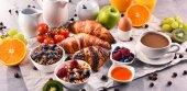 Fotografie Snídaně s kávou, džusem, croissanty a ovoce