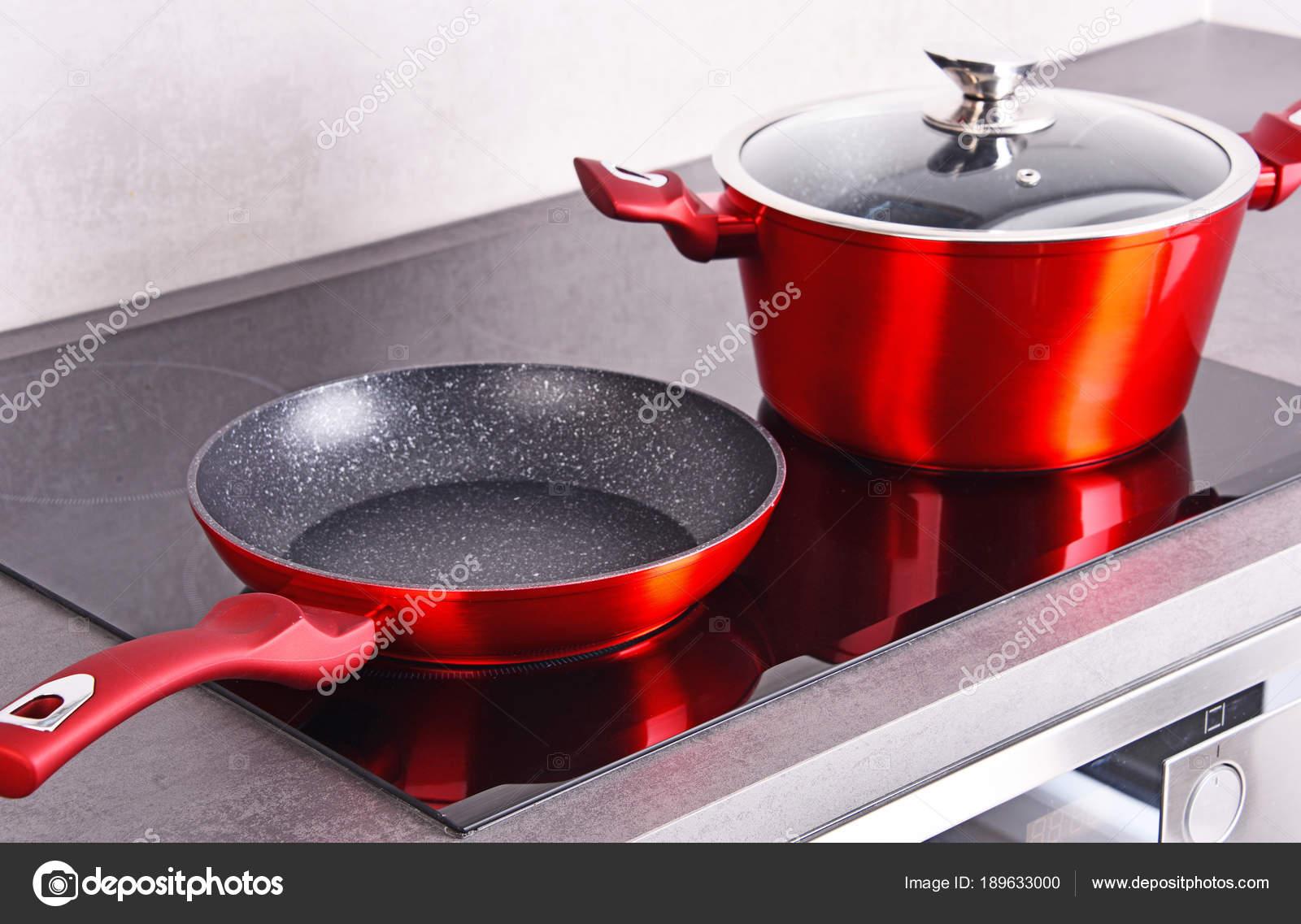 Frittura pan e acciaio pentola sul piano cottura a induzione moderno ...