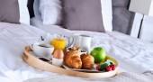 Snídaně na podnose v hotelovém pokoji