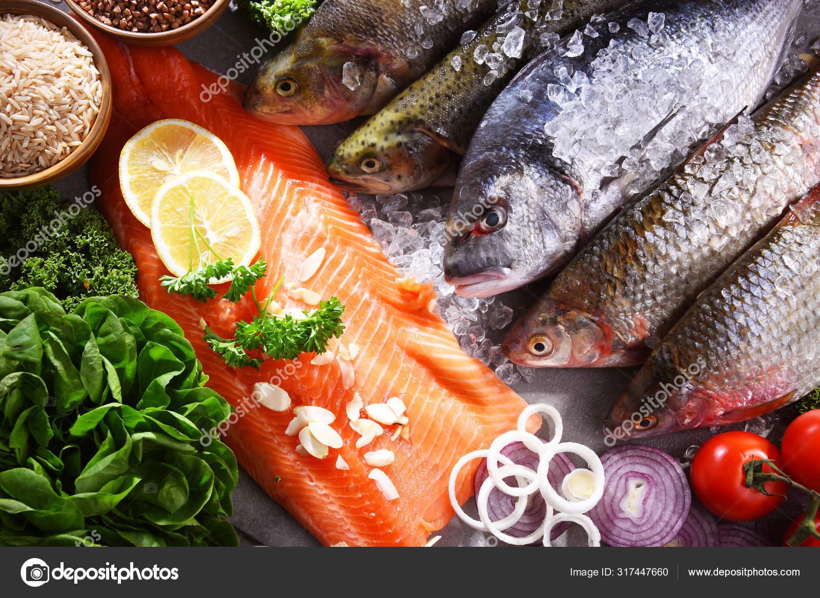 Verschiedene Fischsorten auf dem Küchentisch — Stockfoto ...