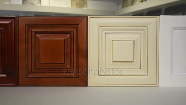 Een set van houten deuren, keuken, badkamer, kantoor of opslag ...