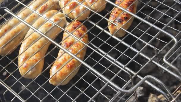 Kupaty klobásy na grilu. Kupaty byl vyroben z kuřete a vepřového masa, střev, pepře, cibule a dalšího koření. Zůstaňte doma s rodinou a vařit grilování během květnových prázdnin a coronavirus pandemie