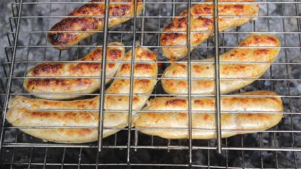 Kupás kolbász egy grillen. A Kupaty csirkéből és sertéshúsból, belekből, borsból, hagymából és egyéb fűszerekből készült. Maradj otthon a családdal és főzni barbecue májusban ünnepek és a koronavírus világjárvány