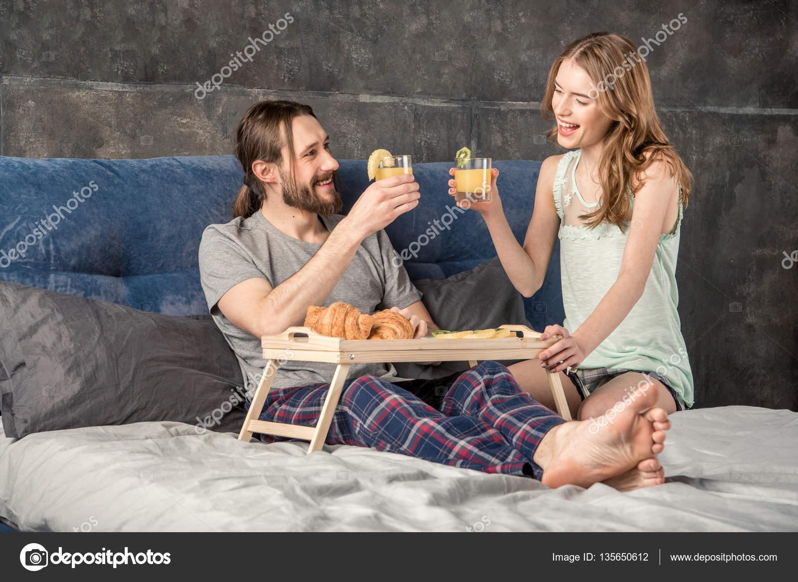 couple a petit d jeuner au lit photographie dimagavrish 135650612. Black Bedroom Furniture Sets. Home Design Ideas