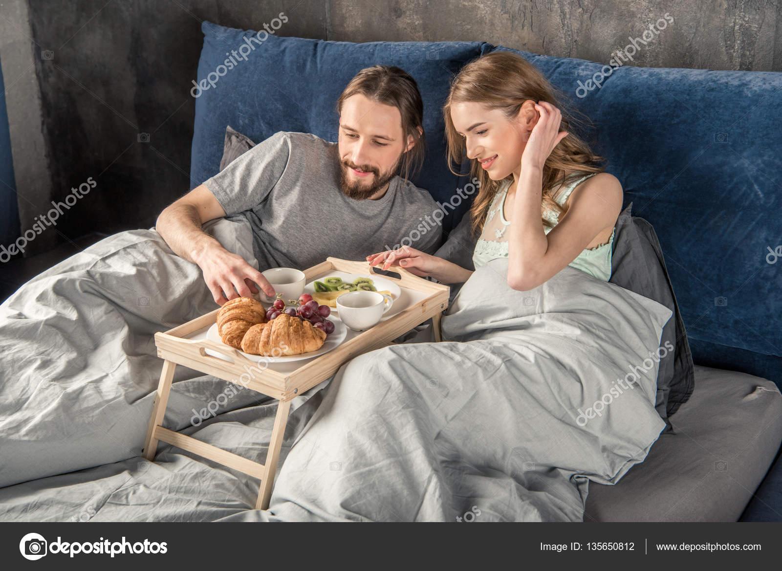 couple a petit d jeuner au lit photographie dimagavrish 135650812. Black Bedroom Furniture Sets. Home Design Ideas