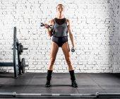 Sportlerin trainiert im Fitnessstudio